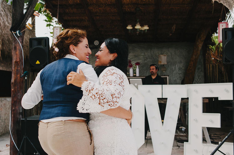 Beach wedding photos in Tulum Mexico